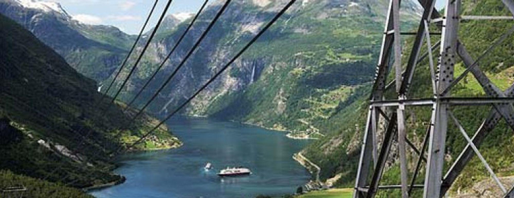 """POSTKORTKAMPANJE: """"Greetings from Hardangerfjorden"""" står det på dette postkortet, som er spredt i 50 000 eksemplarer av DNT og NHO Reiseliv. Kampanjen har fått Statkraft til å se rødt."""