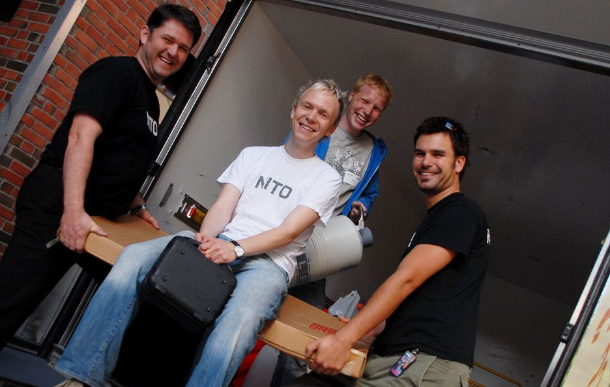 KLARE FOR TURNÉ: Jørn Eilertsen (f.v.), prosjektleder Stig Kleven,  Emmanuel Rygh og Øyvind Kyrkjebø pakker bilen før norgesturneen starter.