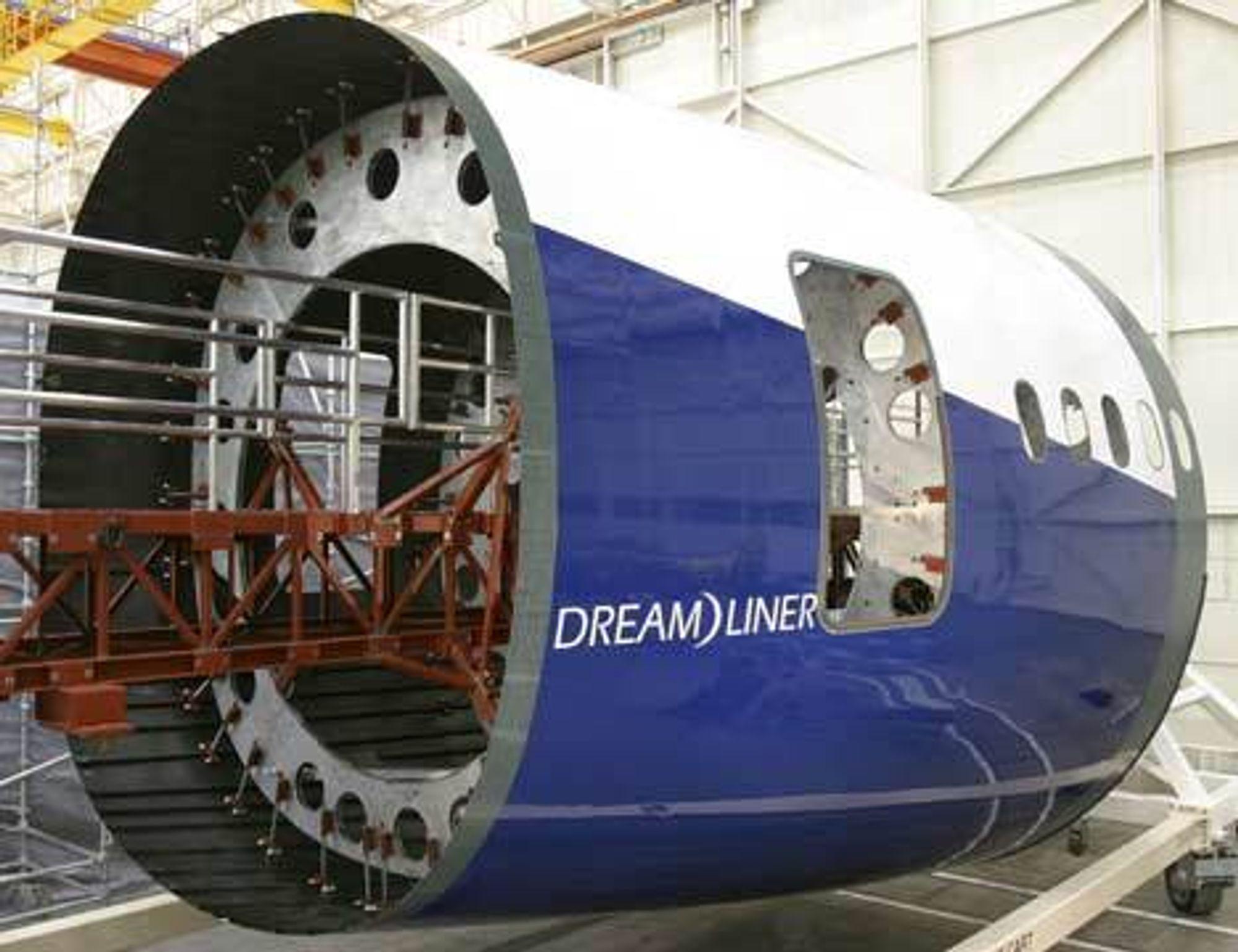 TØNNE: Denne tønna er en sju meter lang og seks meter bred kroppsseksjon til Boeings nye kjappfly, 250-seteren 787 Dreamliner. Seksjonen er bygget ved fabrikken i Everett, Washington.