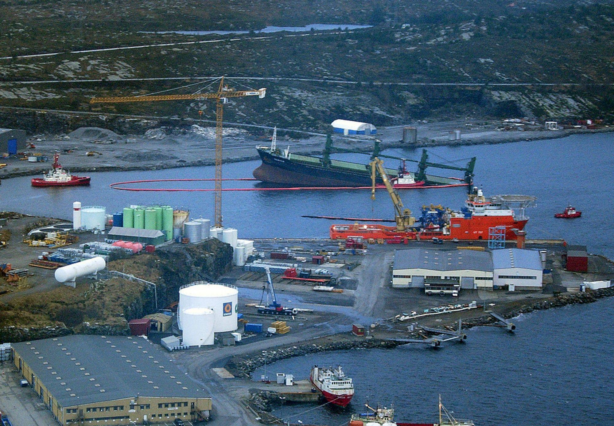 NØDLOSSES: Forskipet er landsatt på Ågotnes, hvor det er bedre vernet for vær og vind. I dag skal det nødlosses.