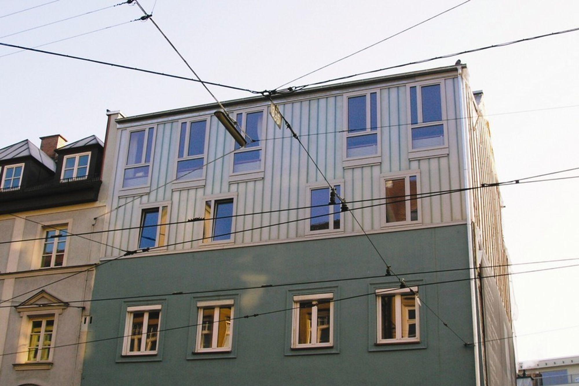 Bolig i München der 2. etg er har fasade av nanogel i en u-profiler av glass.
