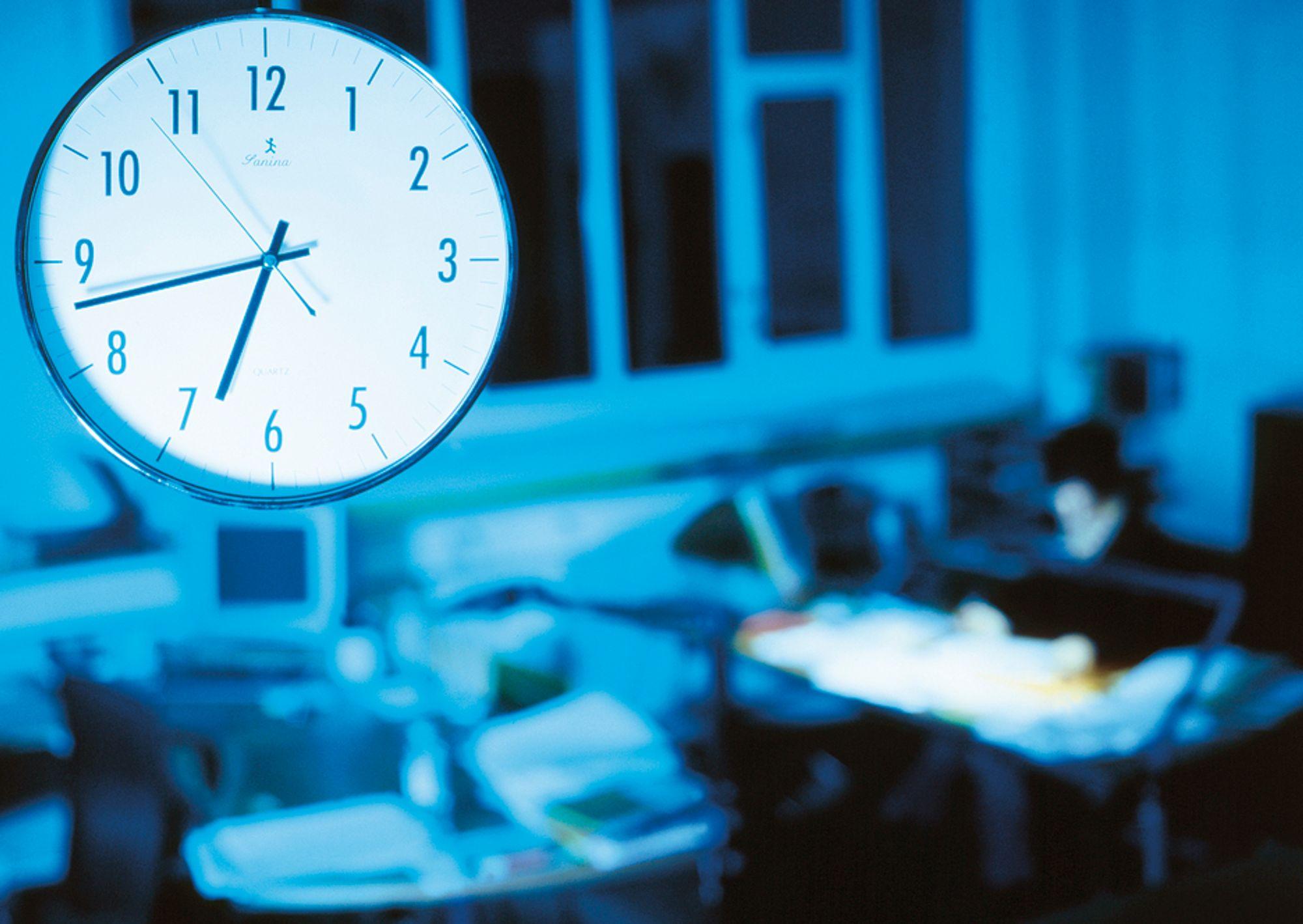 ALLTID TILGJENGELIG: Mange jobber overtid uten å rapportere om det til sjefen. Utstrakt bruk av hjemmekontor skal ha noe av skylda.