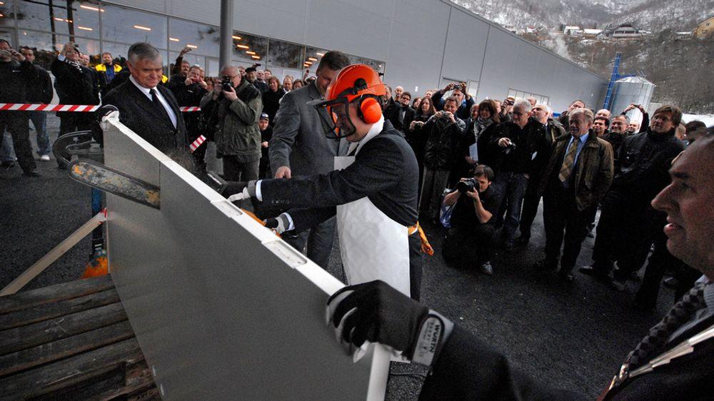 Det var full fres da Dooria Årdal ble offisielt åpnet mandag. Fra høyre ordfører Arild Ingar Lægreid i Årdal kommune, konsernsjef Knut Løvdal Stauri (med motorsag) markedssjef Jan Heggheim og fylkesordfører Nils R. Sandal.
