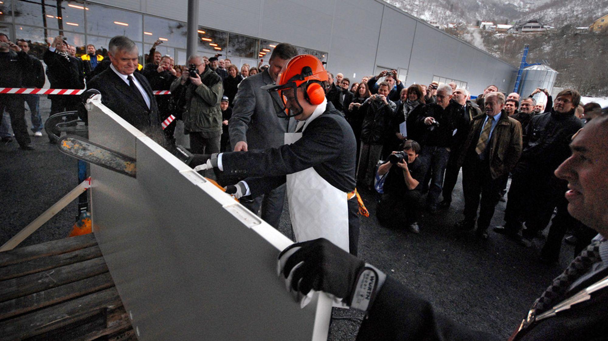STENGER DØRENE: Nå stenger Dooria-fabrikken i Årdal dørene. Investorene mener fabrikken ikke er levedyktig. Her fra åpningen, med Årdal-ordfører Arild Ingar Lægreid (fra høyre), konsernsjef Knut Løvdal Stauri (med motorsag) markedssjef Jan Heggheim og fylkesordfører Nils R. Sandal.