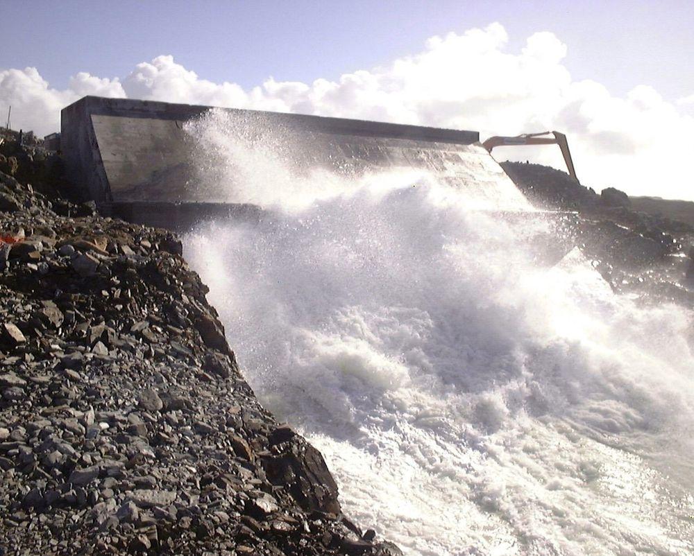 SKOTTEKRAFT: På den skotske øya Islay står et skotskutviklet og -bygget kraftverk basert på at bølger strømmer inn i et kammer på stranden. Der inne løfter vannet en luftmengde gjennom et rør og luften driver en turbin. Systemet fungere også baklengs. FOTO: WAVEGEN