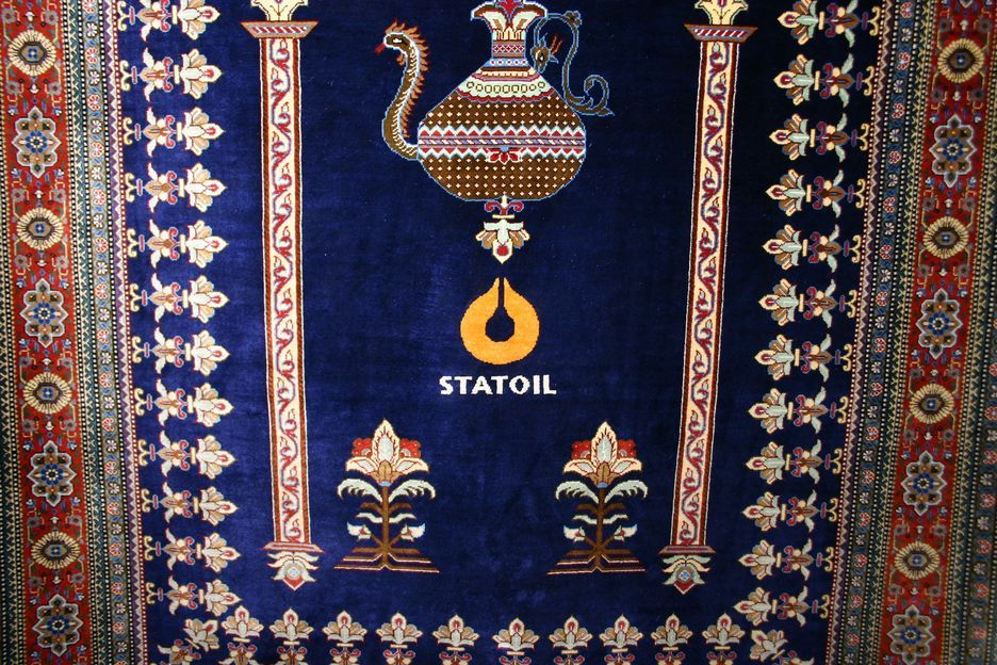 MER OLJE: Dette teppet pryder Statoils kontor i Teheran.