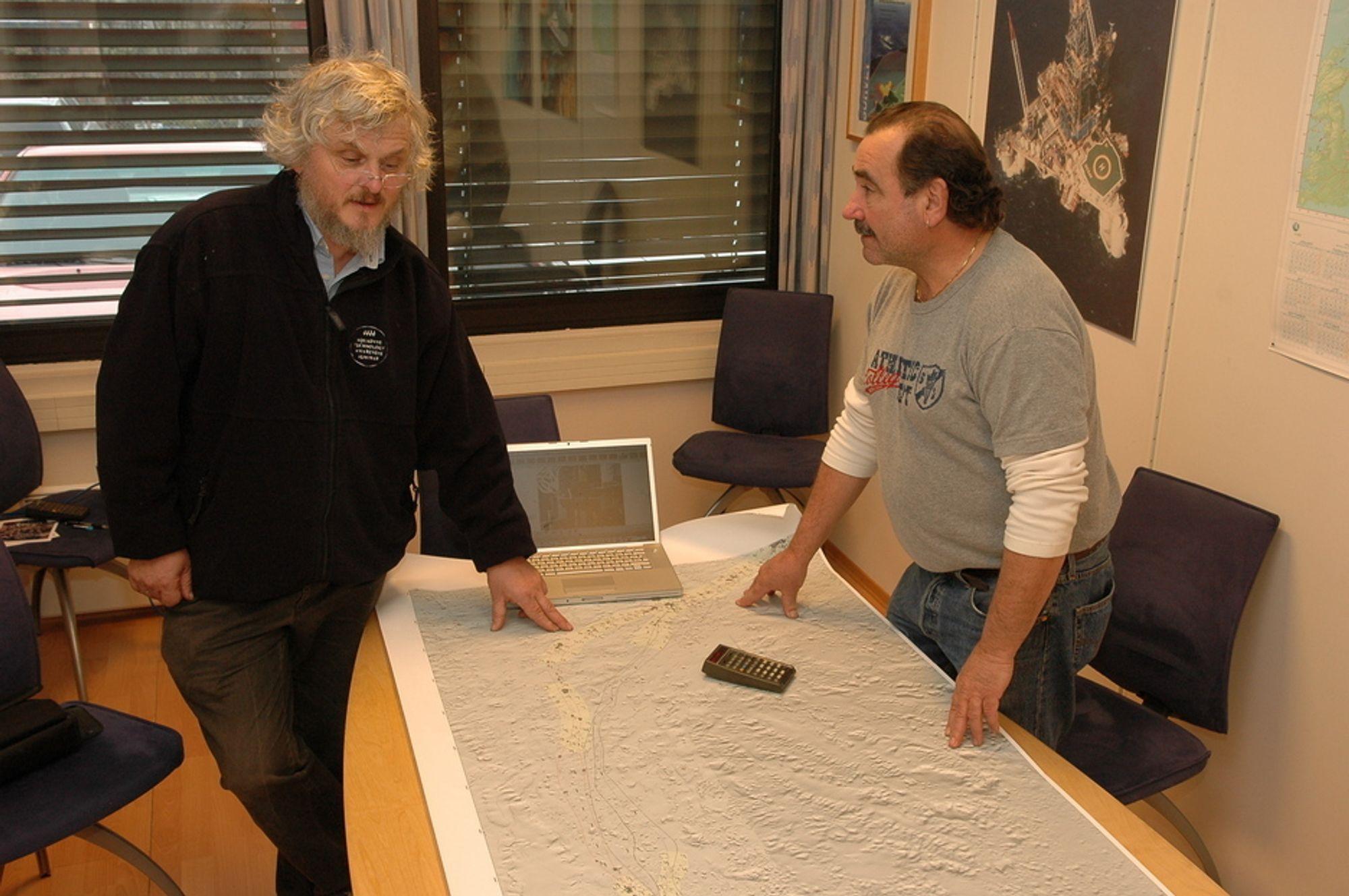 KRAFTIG DEKNING: Jan-Erik Rygh og Chris Stamford-Burrows ved kartet over utplasseringen av transpondere for legging av Ormen Lange-rørene.