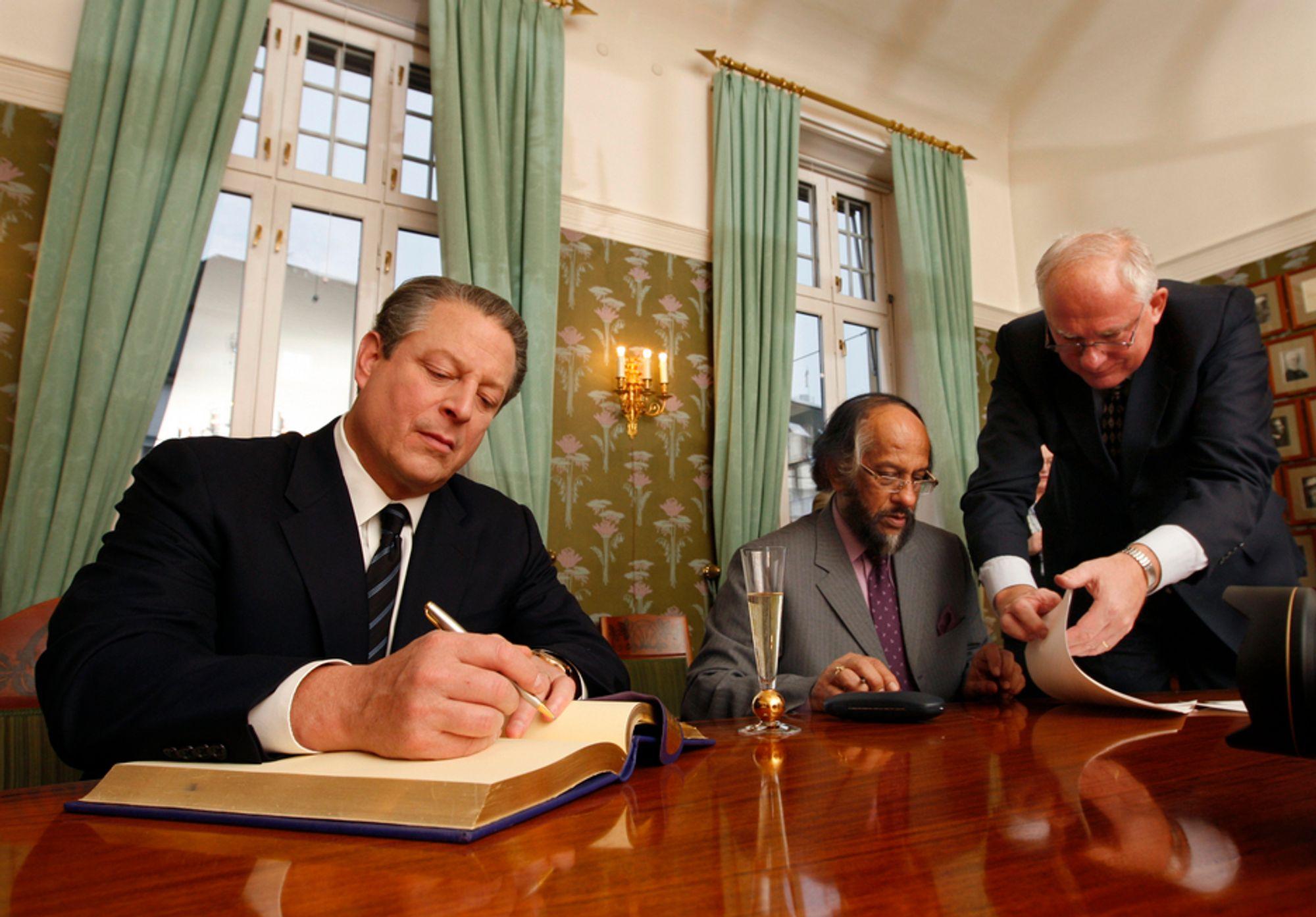 Al Gore og Rajendra Pachauri signerer Nobelprotokollen.