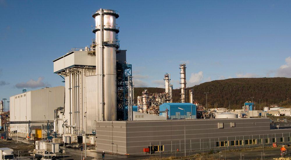 Aker Clear Carbon har fått en kontrakt på 16 millioner kroner på Kårstø. De skal konkurrere med briter, amerikanere og japanere om den endelige kontrakten.