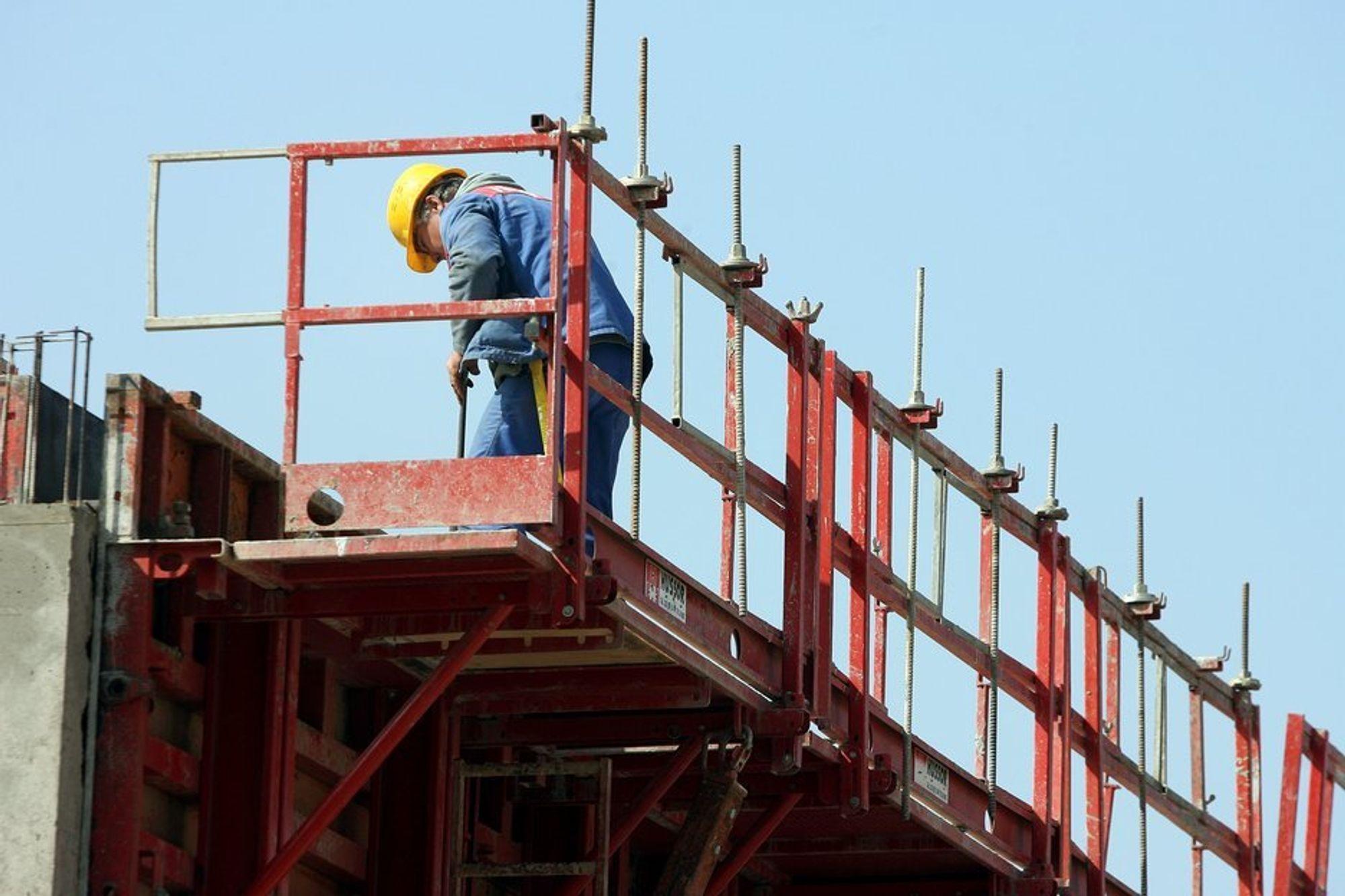 SIKKERHET: Magnhild Meltveit Kleppa vil oversette Byggforsk-serien til polsk for å være sikker på at polske arbeidere vet hvordan norske byggeforskrifter brukes i praksis.
