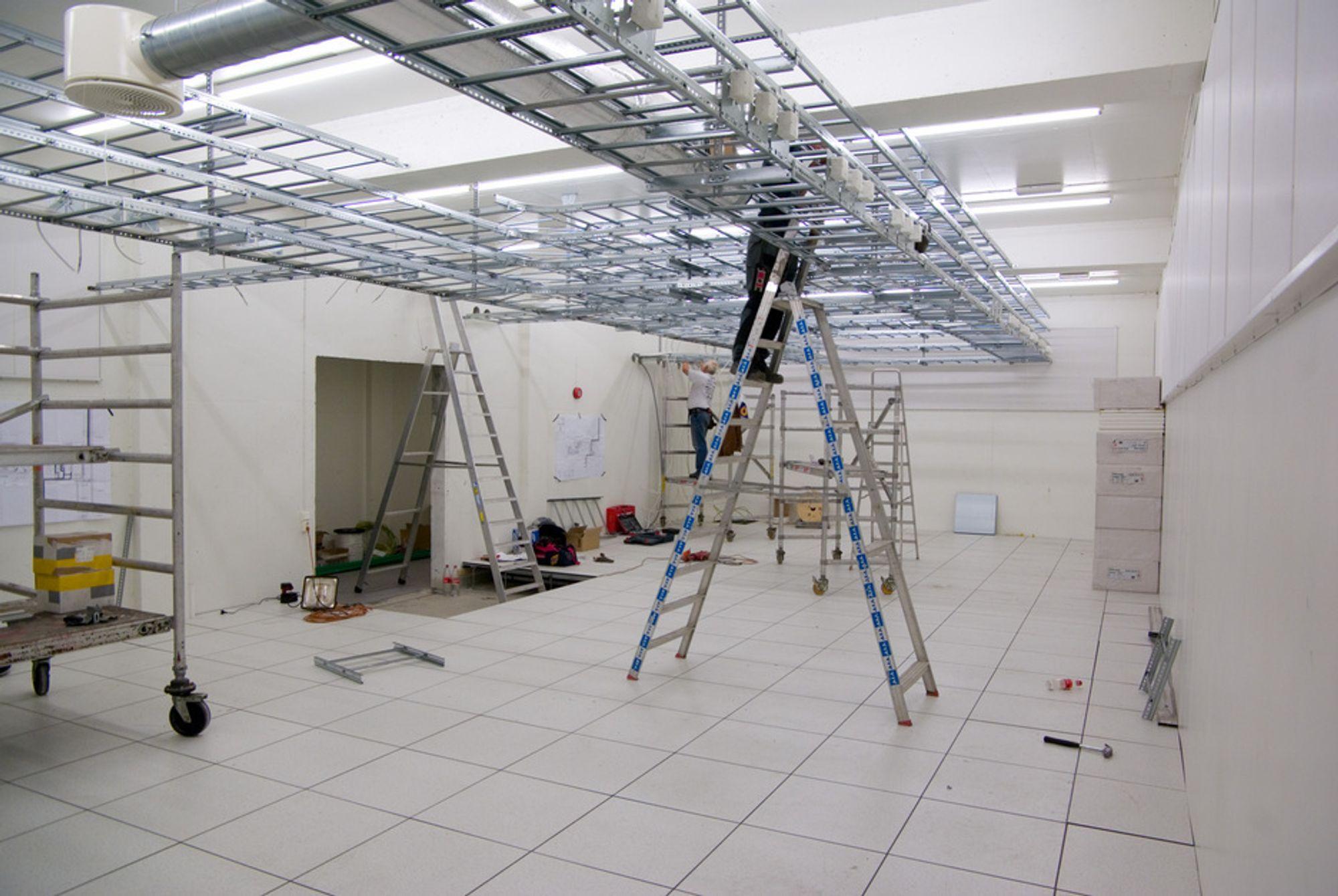 KLAR FOR SUPERMASKIN: Universitetet i Tromsø har forberedt seg godt til den nye superdatamaskinen. Rommet er snart klart til å ta i mot de til sammen 11 fullpakkede skapene med regnenoder og fire skapene med lagningsenheter