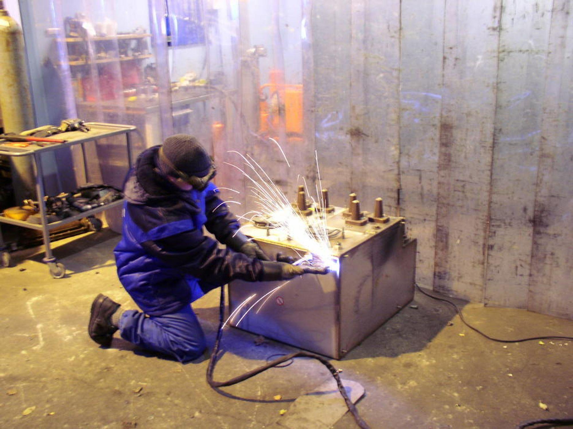 BORER HULL: En ansatt ved Norsk Metallretur i Tønsberg borer hull i en høyspenningsbryter fylt med SF6-gass. Høyspenningsbryterne er «sealed for life» og det er vanskelig å ta seg igjennom. Men punkter i forseglingen er laget svakere, slik at det skal gå an å bore igjennom.