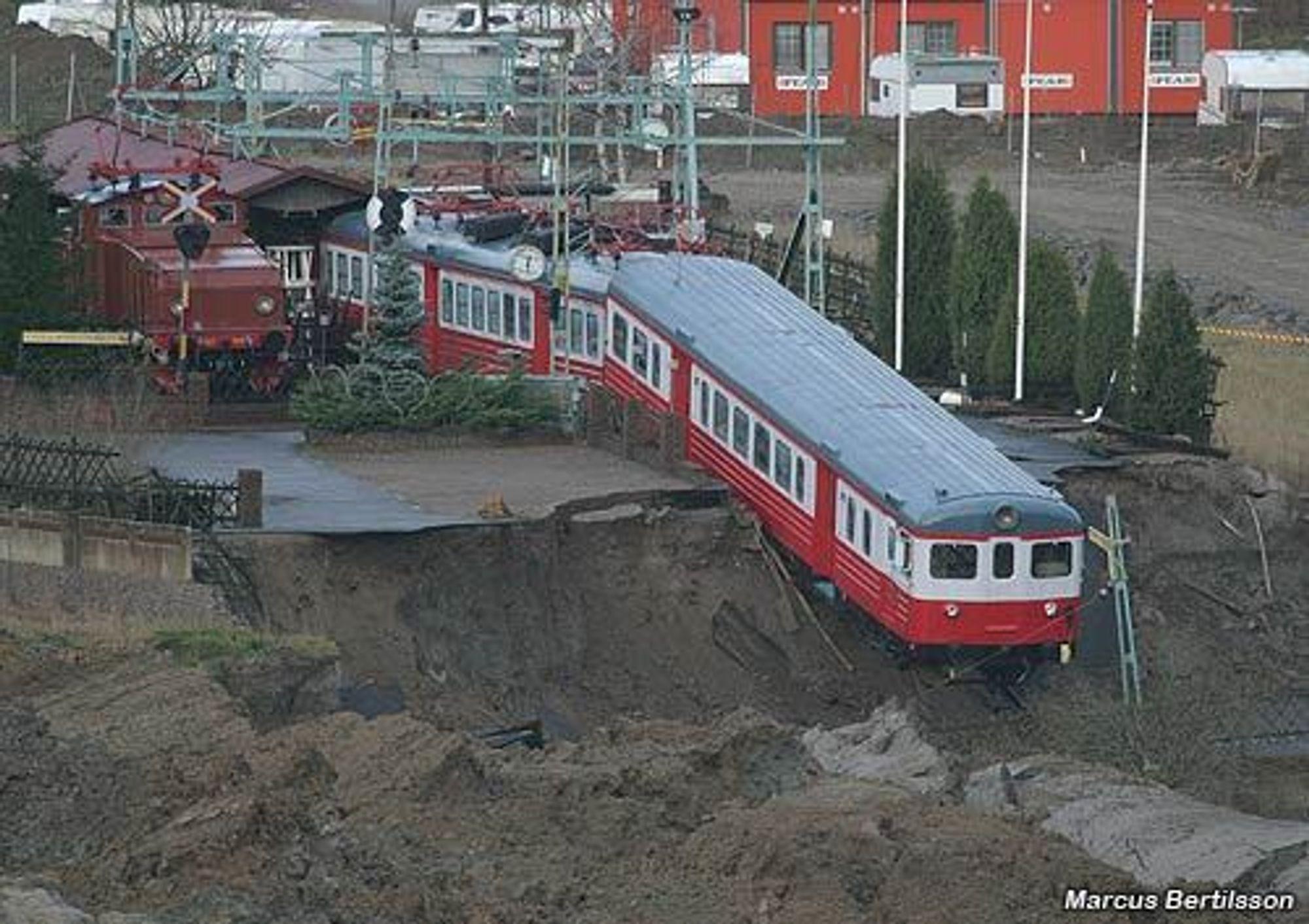 400 meter av E6 ved Munkedal i Sverige raste 20. desember. Allerede 15. februar kunne svenske vegmyndigheter åpne en utbedret E6 for trafikk. I Norge vet vi fortsatt ikke hvem som skal reparere tunnelene i Vestfold.