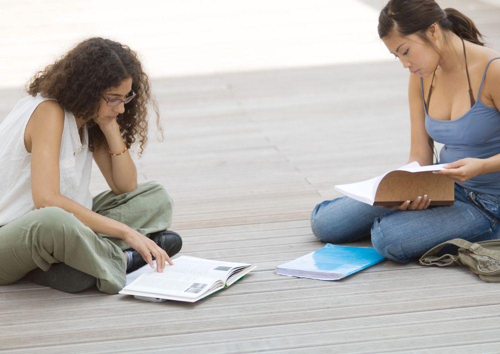 Kvinnene strømmer til høgskolene.