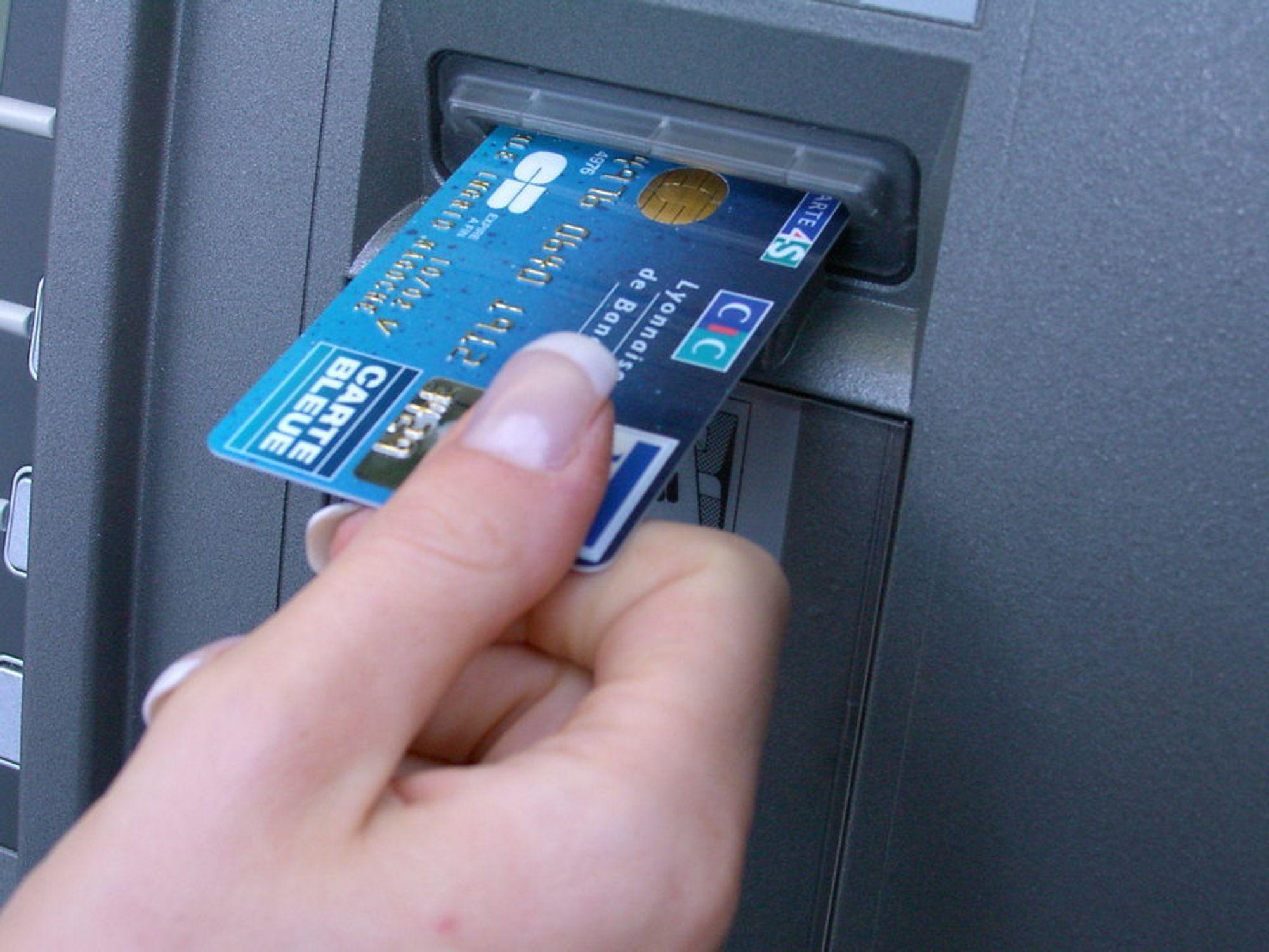 UNNGÅ GAME OVER:  Trauste papirpenger er å anbefale frem til norske banker har forbedret datasikkerheten.