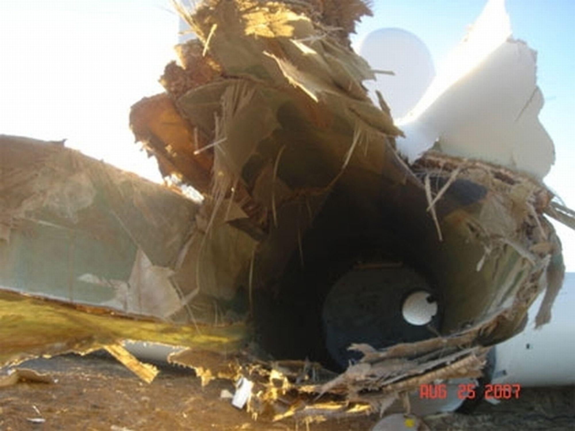 Vindturbinen er blitt til en søppelhaug. En arbeider ble drept og en annen alvorlig skadet da masten knakk og turbinbladene gikk i bakken i Oregon, lørdag 25. august 2007. Turbinen er levert av Siemens Wind Power i Danmark.