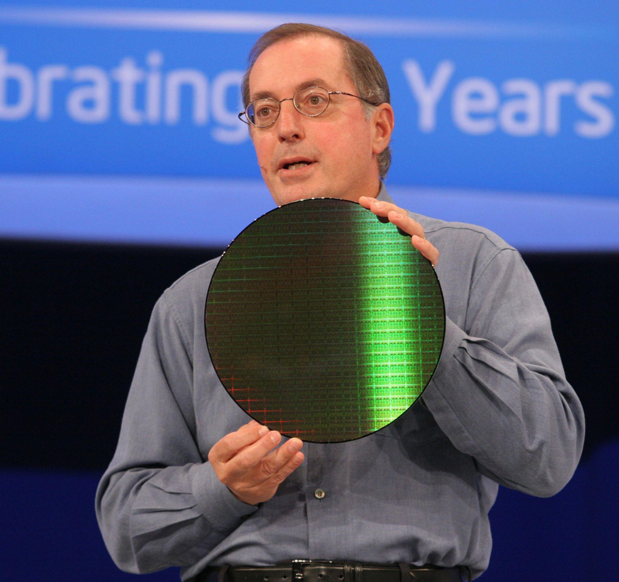 ALLT KLART:Intels toppsjef Paul Otellini viser frem en silisiumskive med hundrevis av Penryn-prosessorer som snart skal inne i nye PC-er