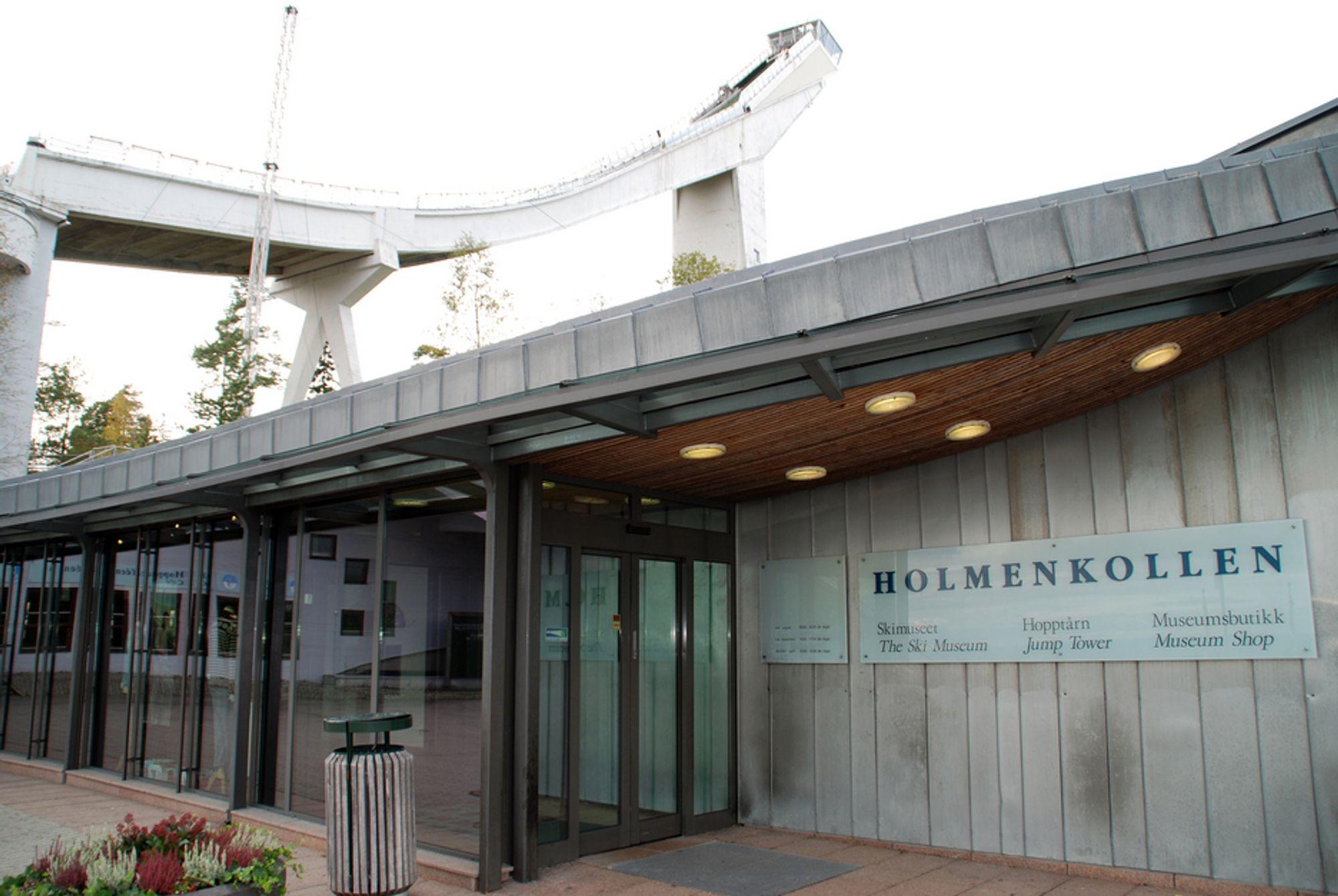 SPRENGES? Skimuseet er bygget inn i grunnen under Holmenkollen og strekker seg bort til tårnet hvor museet og hoppbakken forenes med heis og trapper til toppen. Men sprengingseksperter mener likevel det er fullt mulig å sprenge bakken uten å ramme museet.