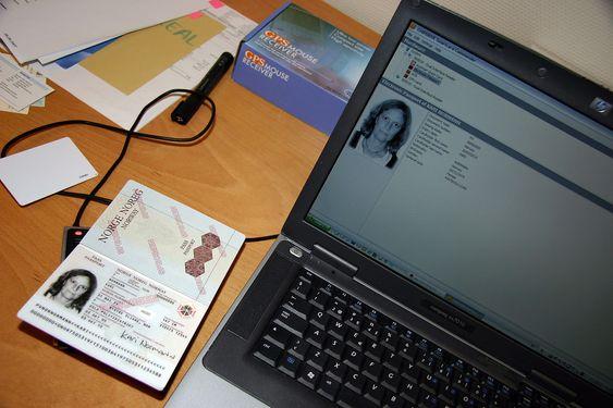 Passet leses av elektronisk og data hentes opp på en PC.