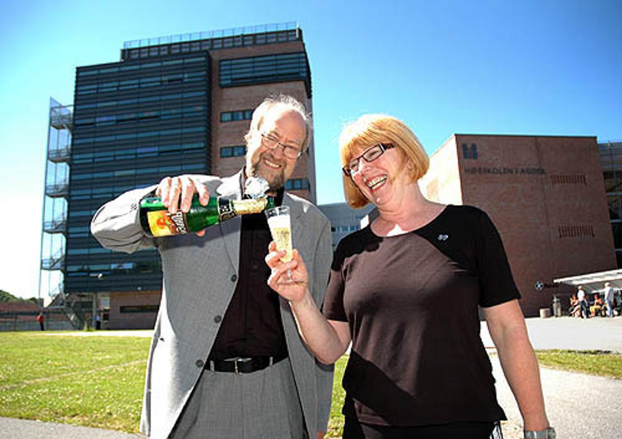 FORNØYD: Både ex-rektor Ernst Håkon Jahr og nytilsatt rektor Torunn Lauvdal er strålende fornøyd med at Høgskolen i Agder fra 1. september får universitetsstatus.