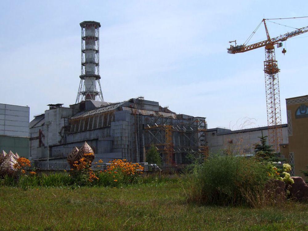 MÅ SKIFTES: Betonginnkapslingen som i dag dekker reaktor 4 ved Tsjernobyl, har lenge vært klar for utskifting.