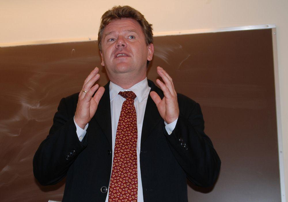 Kunnskapsminister Øystein Djupedal og Regjeringen bevilger store summer til barnehage og grunnopplæring, men ser ut til å ha glemt universitetene, høgskolene og forskningen i budsjettet.