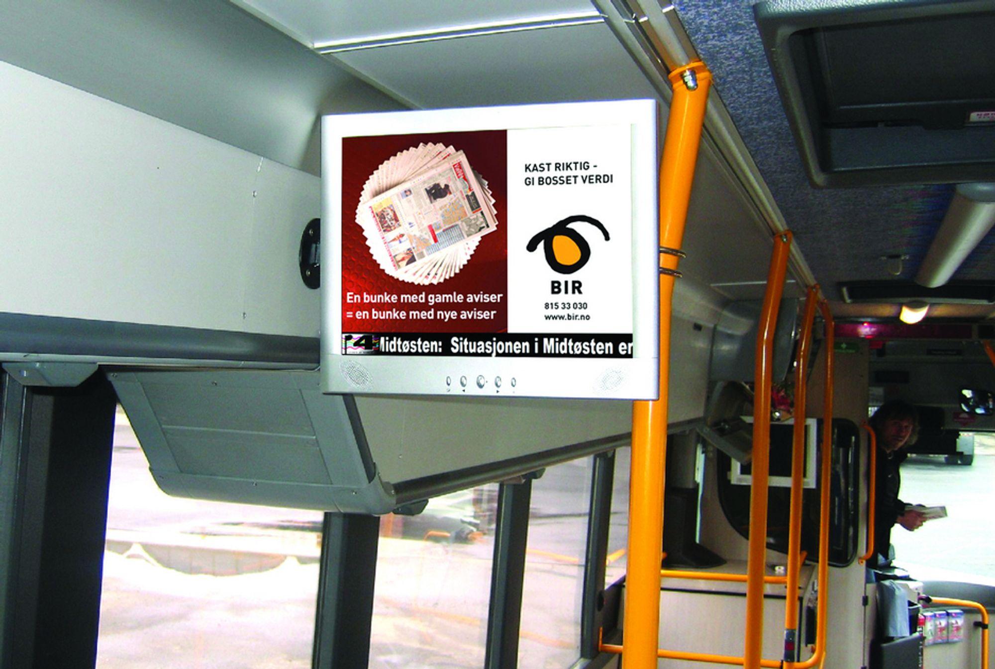 RETT PÅ SKJERMEN: Mange norsk busspassasjerer får ferske nyheter i bussen med reklame på kjøpet. Foto SBS