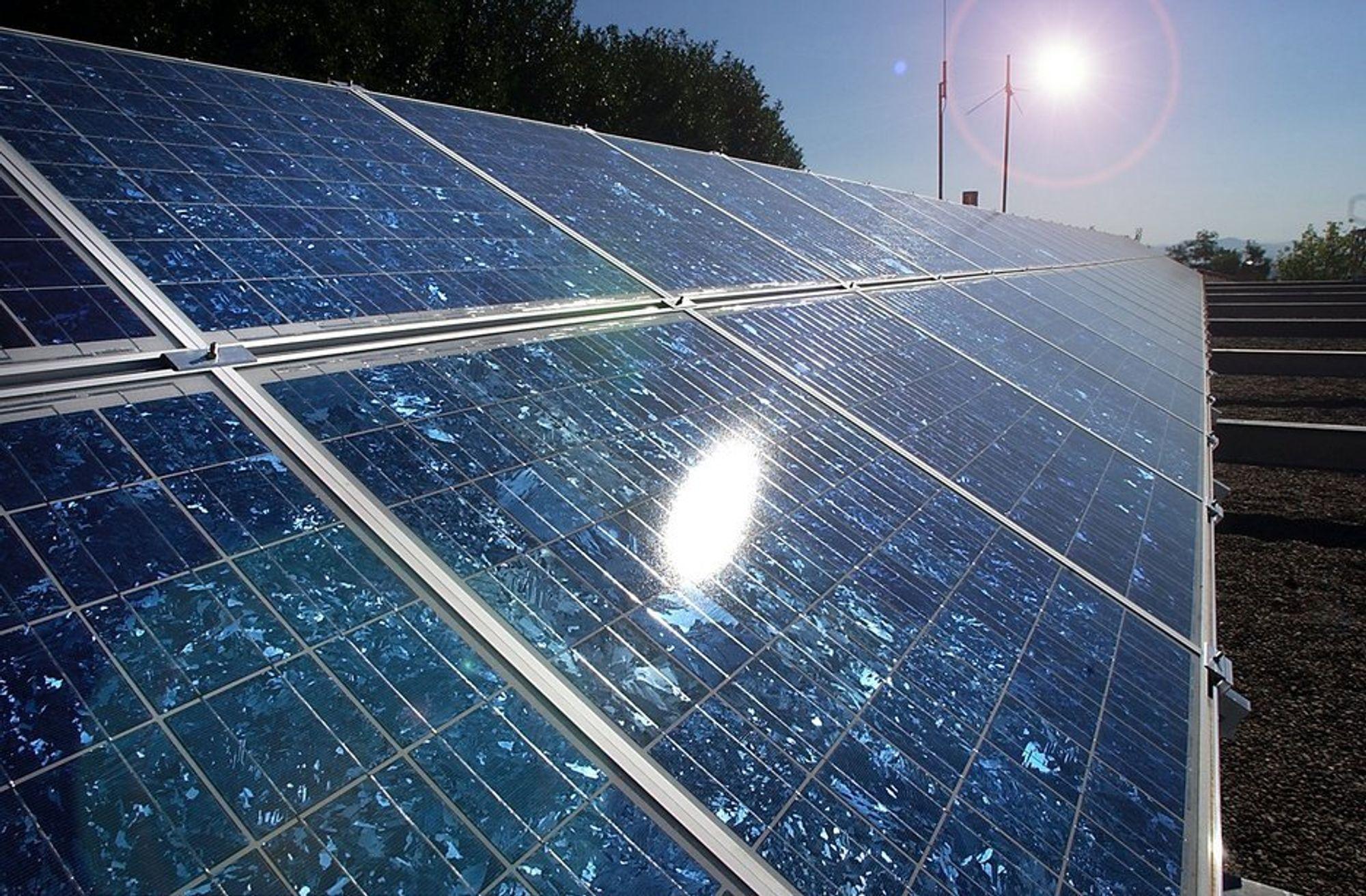 Over en tedjedel av de spurte elbileierne vurderer å installere solceller på hustaket.