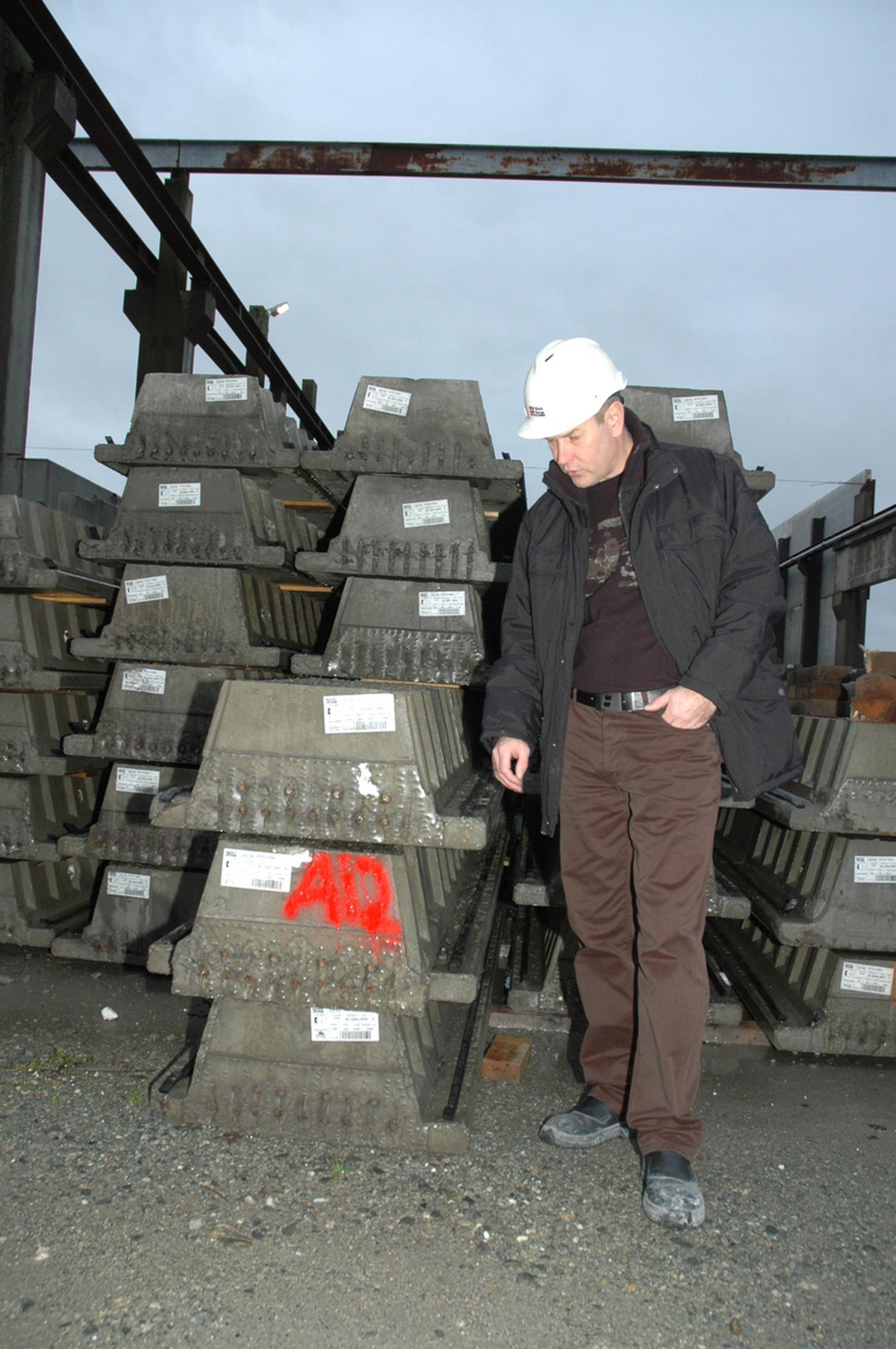 Salgssjef Jan Arvid Johansen viser frem egenutviklete betongbjelker som er tynnere enn tradisjonelle og som kun har 60 mm oppleggshøyde. De har også god brannotstand. Bidet tatt i oktober 2005 på Klepp i Rogaland.
