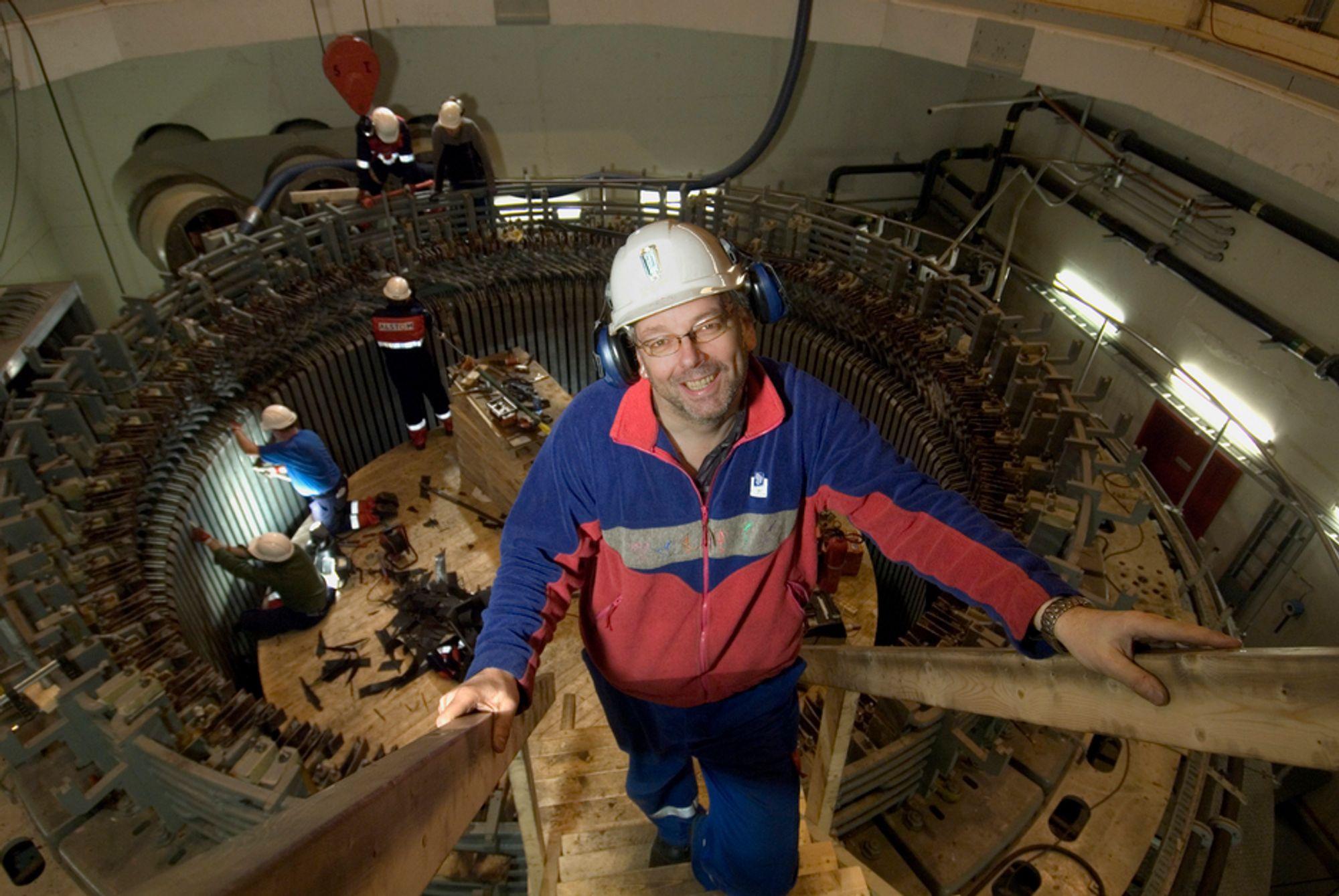 NY DRIFT: Kraftverksjef Karl Svein Thorrud håper at generatoren skal være klar for ny drift i slutten av mars. I bakgrunnen demonteres viklingene for å kunne skifte ut transformatorblikk.FOTO: KNUT STRØM