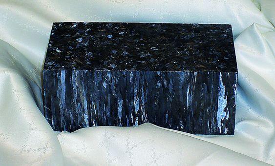 VERDIFULL: Denne silisiumblokken i omtrent mursteins størrelse er produktet av Elkem Solars nye metallurgiske fremstillingsprosess.