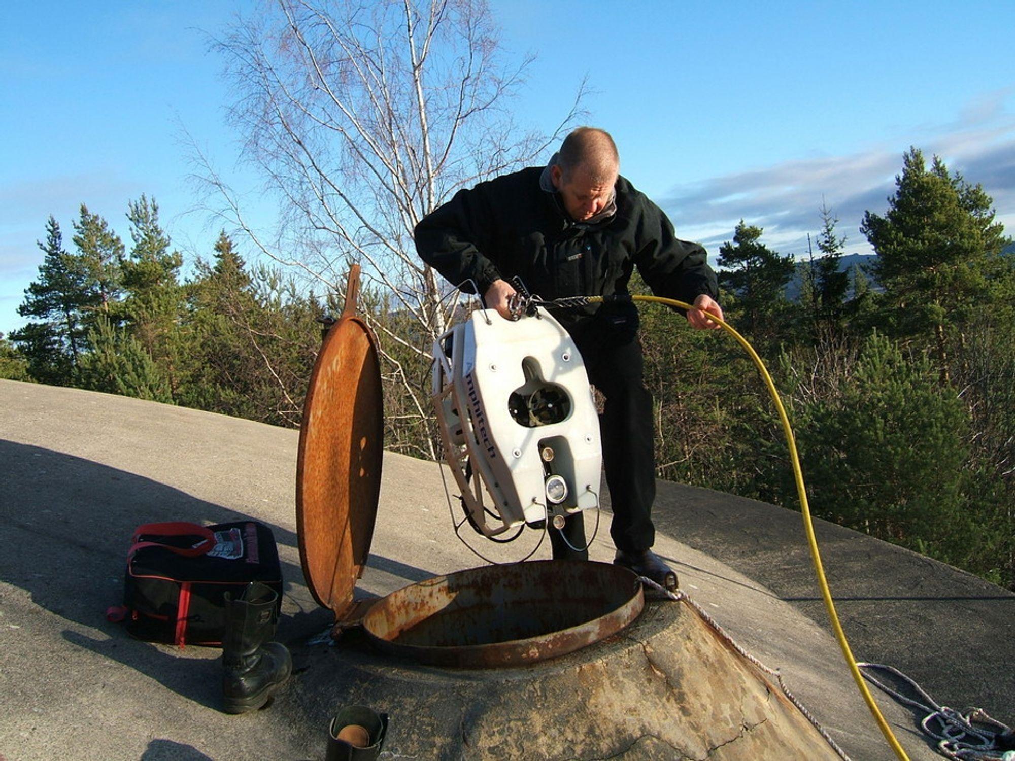 ENKEL KONTROLL: Arne Cederblad fra svenske Amphi-Tech senker roboten ned i et av vannbassengene til Kongsvinger kommune. Roboten er utstyrt med fire motorer som styrer den etter signaler fra operatøren.