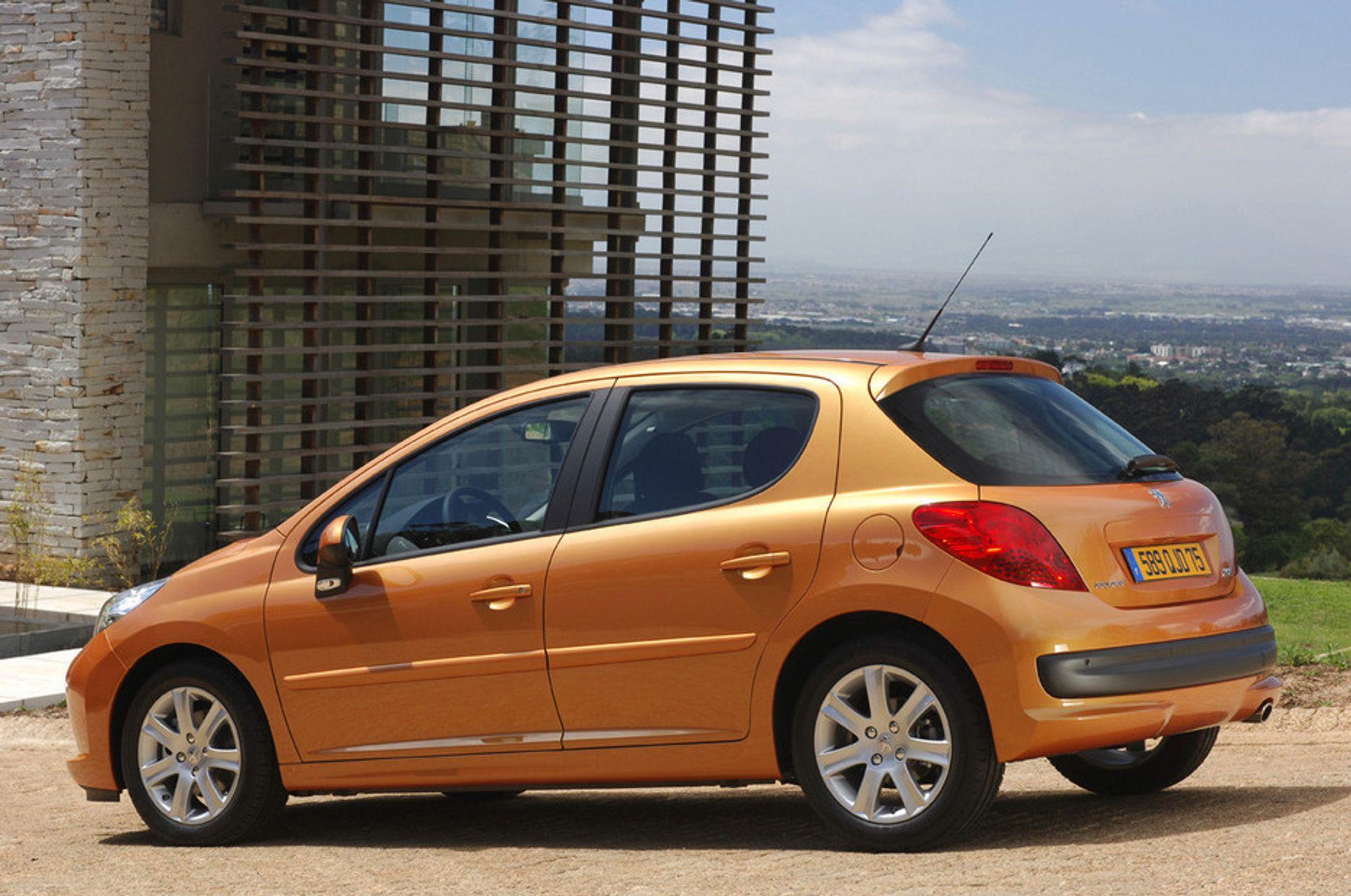STØRRE: Nye Peugeot 207 har arvet forgjenger 206' kjøreegenskaper og forsterket dem ytterligere. Samtidig er det mer plass i kupe og bagasjerom.