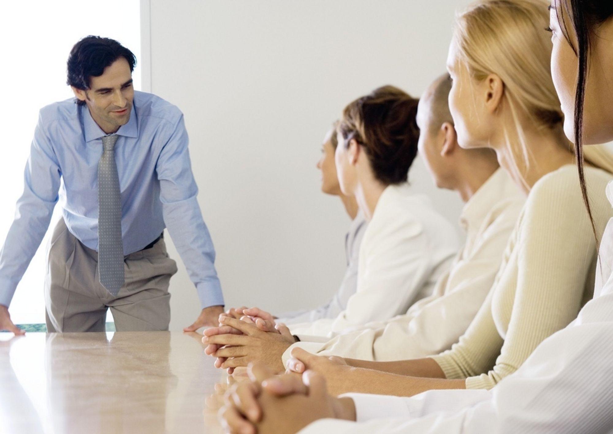 TRETTHETSPRODUKSJON: De ser våkne ut mens sjefen snakker, men i følge psykiater Finn Skårderud kan krav, tempo og utrygghet på arbeidsplassen føre til tretthetsproduksjon.