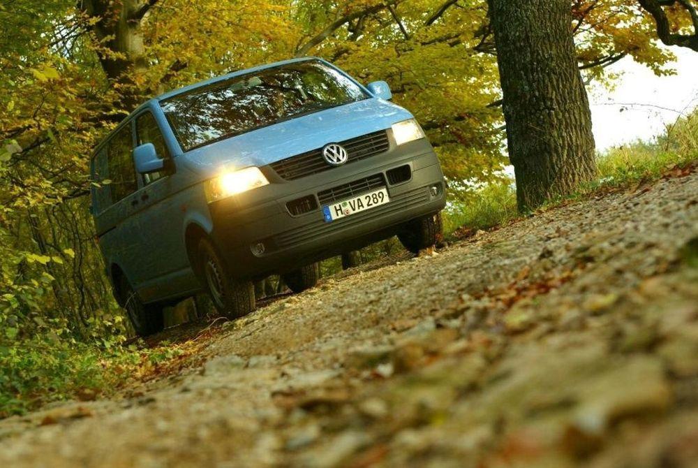FÅR LOV: Om du absolutt skal kjøre minibuss i skogen - og dessuten får lov til det - kan en VW Caravelle være tingen.Oppstrammet 4WD-teknikk gir enda mer trekkraft enn før. FOTO: VW