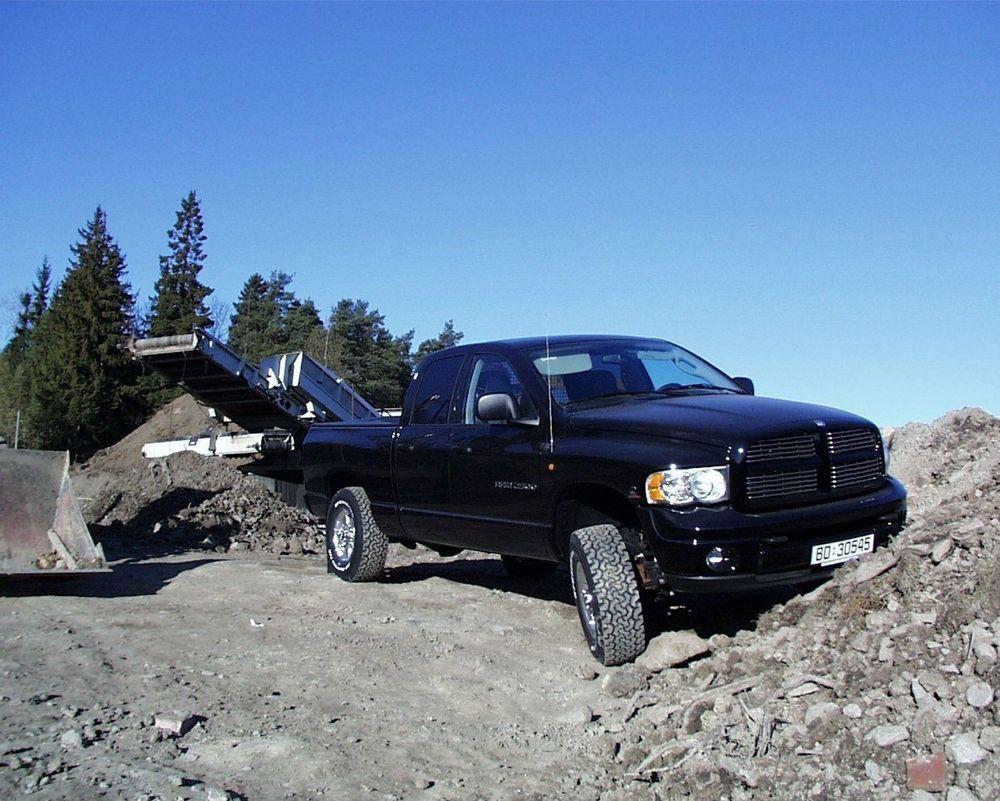 EFFEKTIV: Få biler har et firehjulstrekk-system som i denne bilen. Dodge Ram er et arbeidsredskap der det meste er stivt og hardt koblet, i modus 4WD LO. Da graver den seg fram nesten over alt. FOTO: STEIN BEKKEVOLD