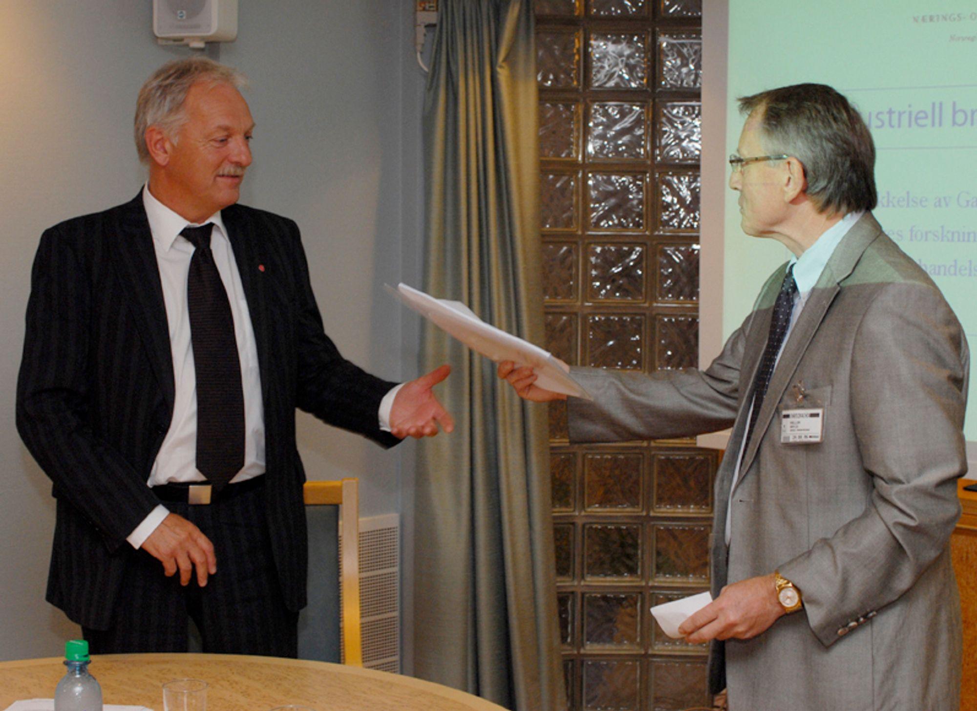 LESESTOFF: Odd Eriksen fikk overlevert gassrapporten fra Norges forskningsråd torsdag 24. august.