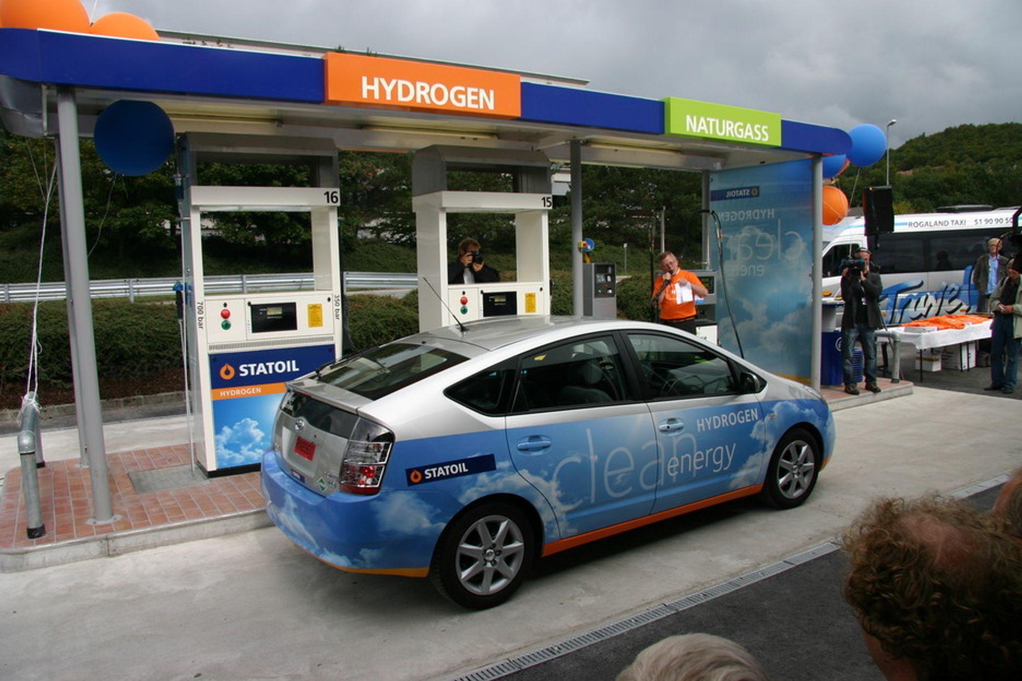 OPPFORDRING: Statoil disponerer to Toyota Prius hydrogenbiler, Lyse har én og det samme har Rogaland fylkeskommune. Som partnere i HyNor-prosjektets knutepunkt Stavanger, vil de reklamere for miljøvennlige biler ved å kjøre dem selv.