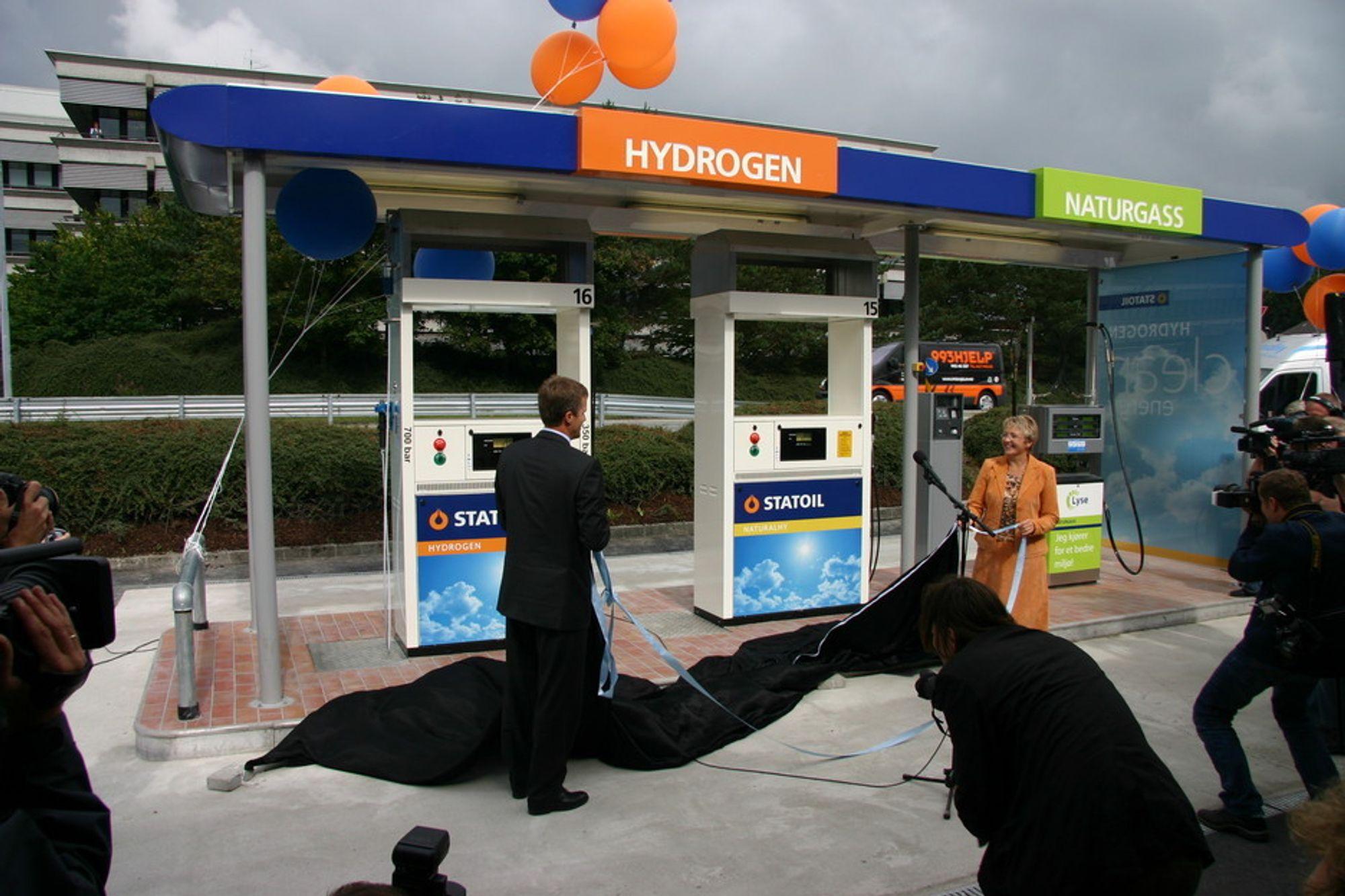 HØYDEPUNKTET: Statoils konsernsjef Helge Lund (t.v.) og samferdselsminister Liv Signe Navarsete står for avdukingen, og hydrogenpumpen åpenbarer seg.
