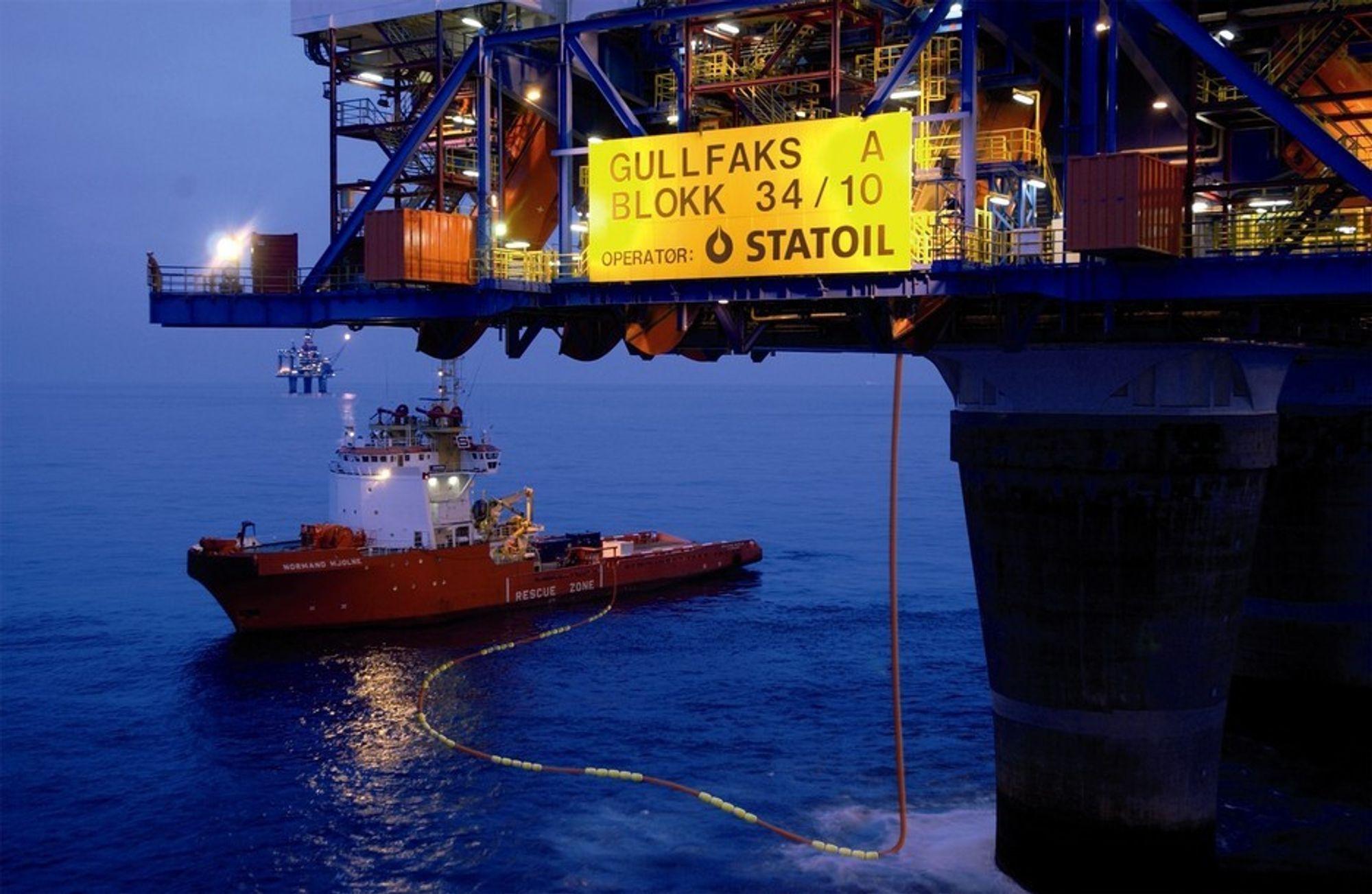 Reflekterende mini-flytere på bunkringsslanger øker sikkerheten rundt offshoreinstallasjoner. Bildet er digitalt manipulert