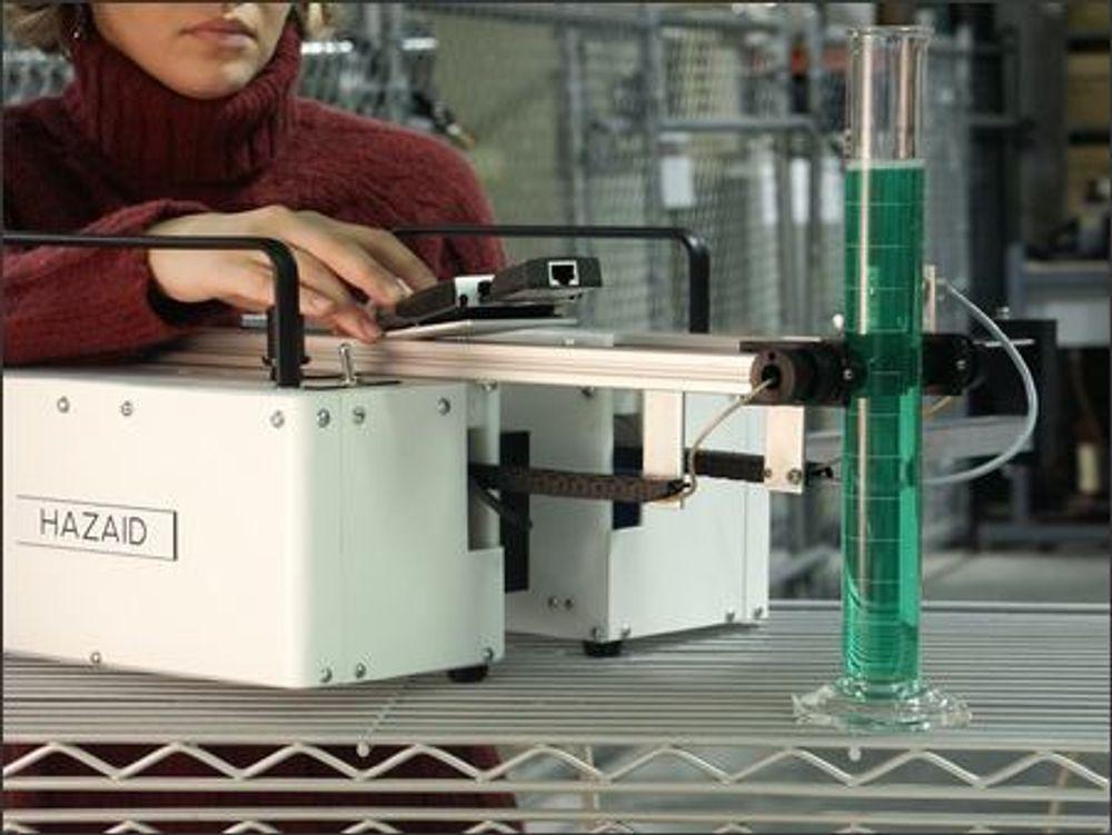 Forskere ved Pacific Northwest National Laboratory har utviklet apparatet Hazaid for amerikanske tollmyndigheter. Nå kan oppfinnelsen bli nyttig i jakten på bombematerialer. Ved hjelp av ultralyd og målinger av lydens hastighet gjennom væske, kan væskens oppbygging beskrives.