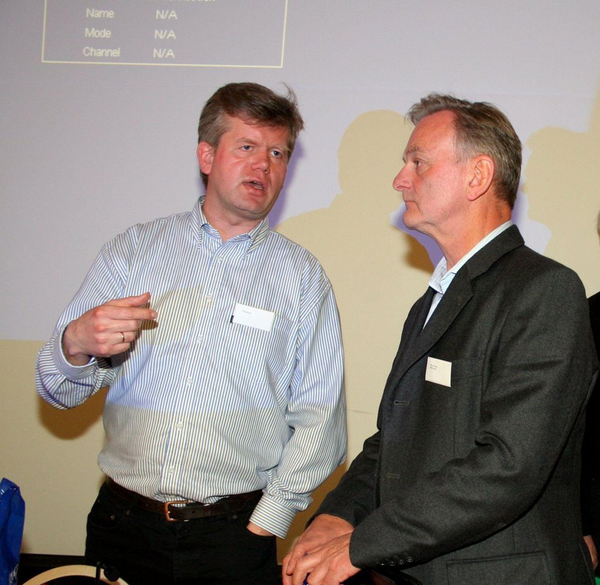 OMSTILLING: Omstilling av industribedrifter sto på dagsorden under Norsk Materialteknisk Selskaps sommermøte forrige uke. Her er statssekretær Frode Berge (til venstre) i diskusjon med Svein Sundsbø fra Norsk Industri.
