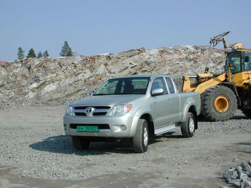 PÅ JOBB: Nye Hilux 4WD trives godt i anleggsselskap, så godt at det er en fryd å kjøre den i fotsporene til atskillig tyngre redskap. Du får den i tre ulike cab-utførelser (2 seter, 2+2 og full 5-seter), med 2WD eller 4WD.
