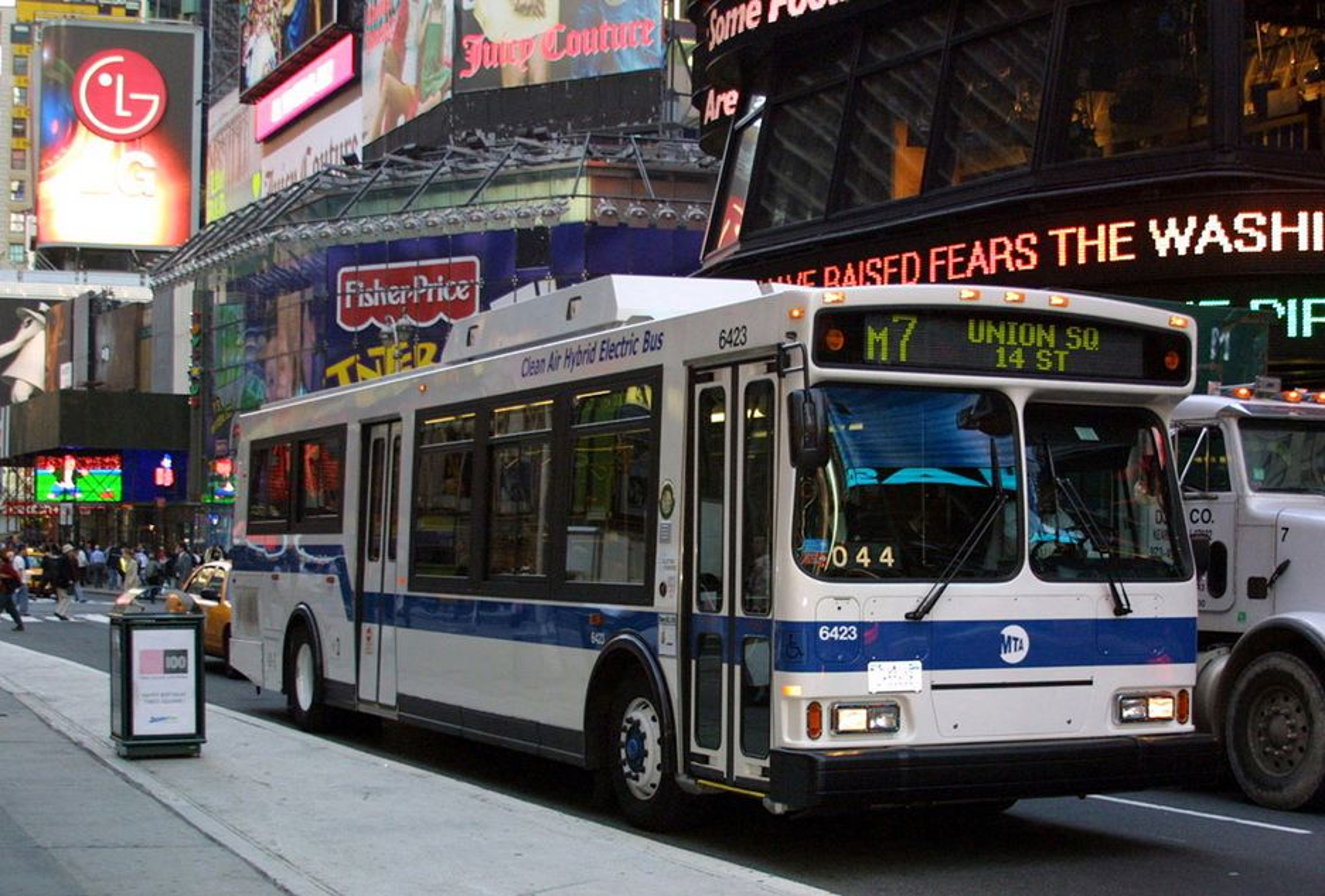 REN OG TAUS: Bybusser type Orion 7 med dieselelektrisk hybriddrift blir etter hvert et vanlig syn i Londons bybilde. Nesten halvert forbruk og utslipp er hovedfordelen, ved siden av at de nye bussene nærmest er lydløse.