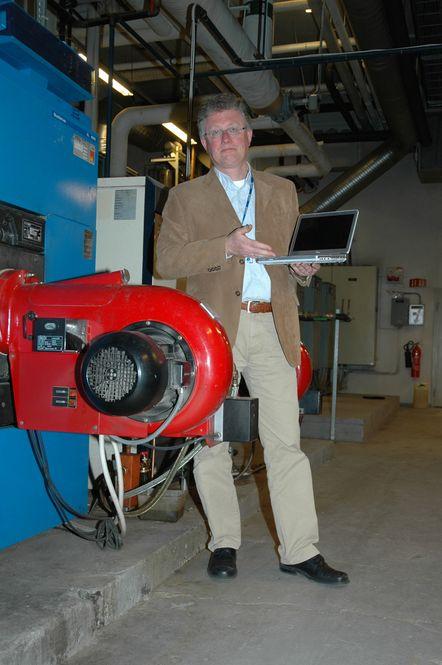 URIMELIG:Tore Strandskog kan avskrive PC-en sin med 30 prosent årlig. Hadde han derimot kjøpt en PC til å styre sentralfyren, ville avskrivningen vært to prosent, som for resten av byggets tekniske installasjoner. Helt urimelig med dagens teknologi, mener Strandskog.
