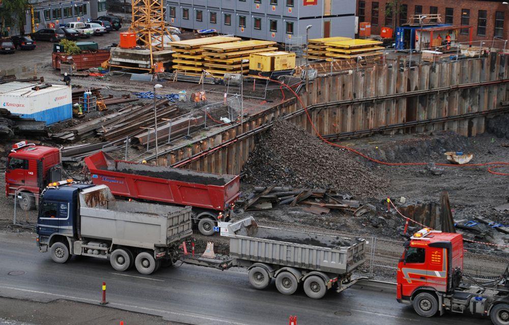 FULLT TRØKK: Det er fortsatt fullt trøkke i byggenæringen, viser tall fra Statistisk Sentralbyrå.
