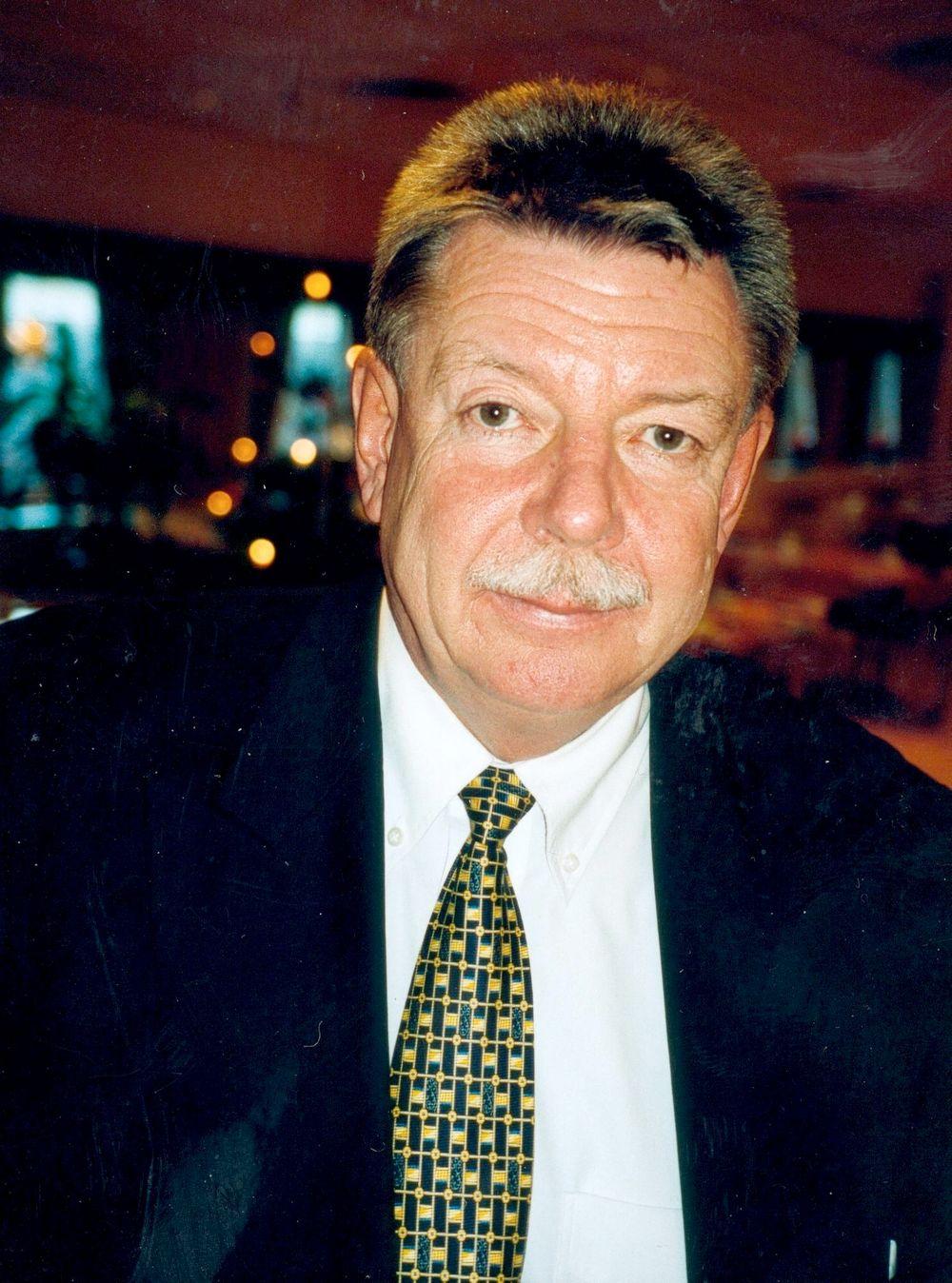 Siemens tidligere styreleder Hans Lødrup har trukket seg helt ut av Siemens-styret etter Økokrims korrupsjonssiktelse.