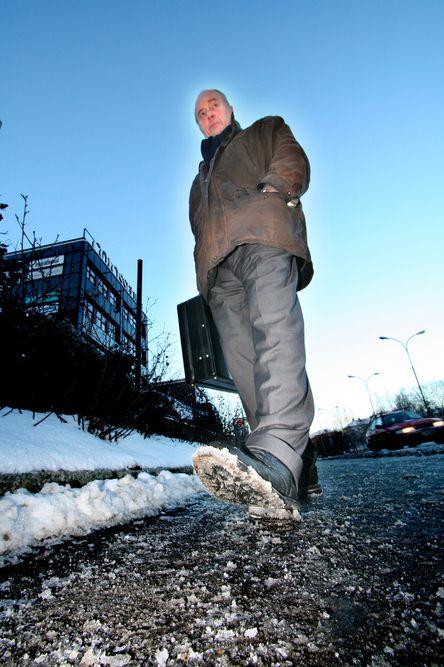 SÅLE VEL: Stålpigg under skoene er det beste på speilholka, mener sivilingeniør Fredrik Michelsen. Han håper en hydraulisk piggsåle kan bidra til færre lårhals- og ankelbrudd.
