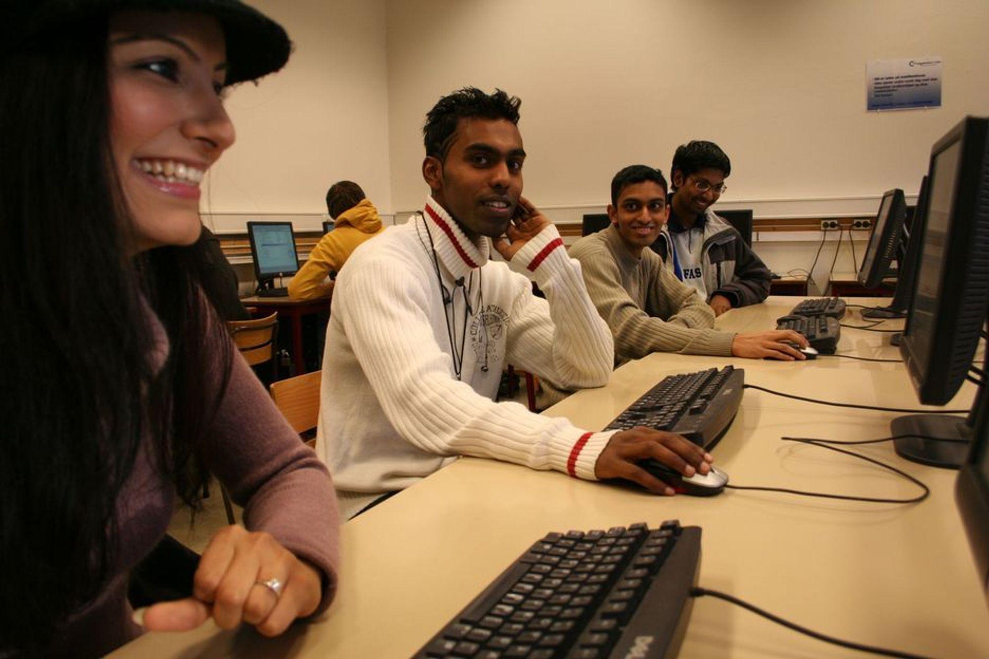 Det skal bli lettere for disse ingeniørstudentene å komme ut i arbeidslivet etter eksamen. Arooj Ahmed, Vimel Vijayarajah, Neethiwarman Rasalingam og S. Pragas studerer data ved ingeniørstudiet dev Høgskolen i Oslo.