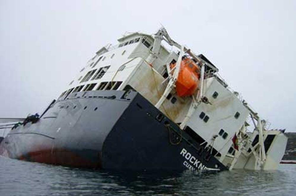 Rocknes med slagside under arbeidet med å snu skipet.